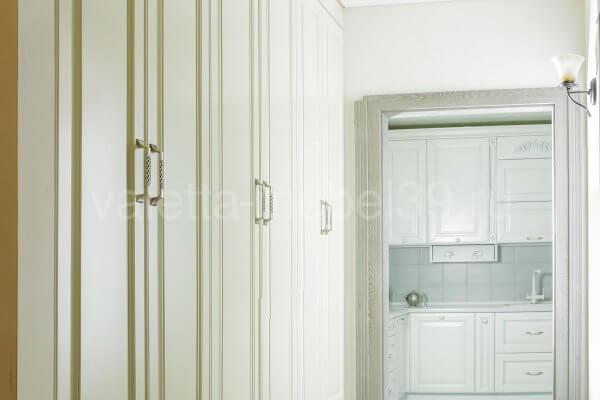 белый шкаф-купе из массива дерева от Валетта-мебель
