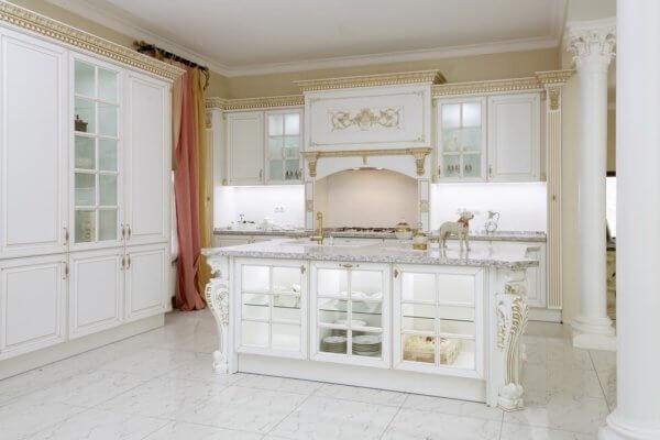 Кухня классика из массива дерева белая с золотой патиной №31