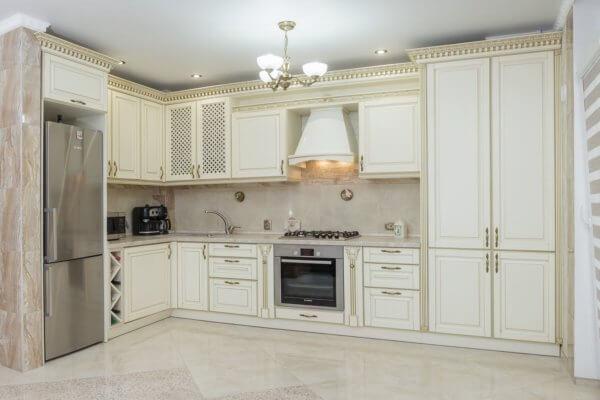 Белая угловая кухня на Калининградский пр-т 71А г.Свелогорска