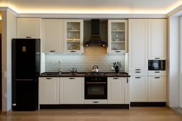 Белая классическая кухня с чёрной техникой на заказ в Калининграде
