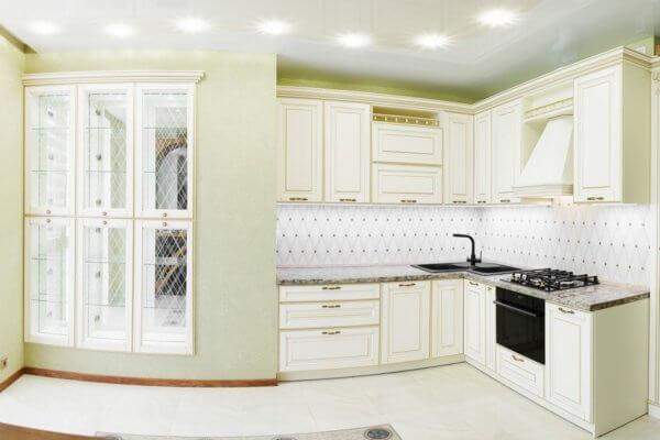 Белая классическая итальянская кухня со встроенным буфетом на заказ в Калининграде