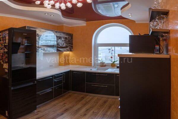 Кухня буквой П выполнена в современном стиле