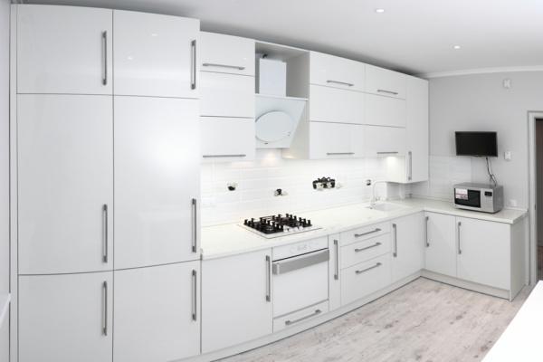 Белая угловая кухня с белой техникой