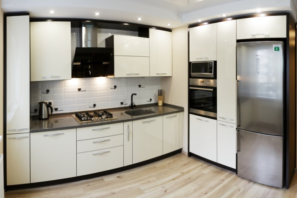 Кухня модерн угловая белоснежная счёрной техникой