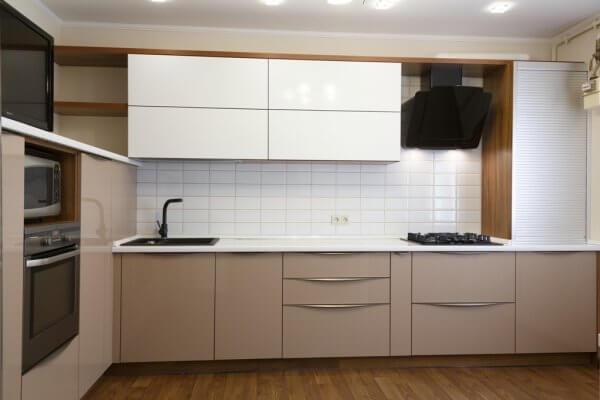 Кухня модерн угловая с фасадами с интегрированной ручкой