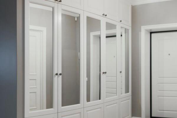 белый деревянный шкаф-купе в прихожей