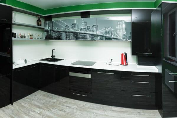 Чёрная угловая современная кухня