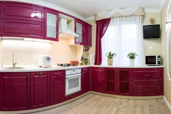 Малиновая угловая кухня с решётчатыми фасадами