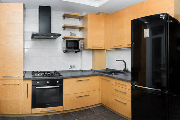 Современнаяугловая кухня из массива ясеня на ул. Согласия г.Калининграда