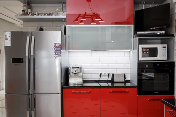 Кухня с акриловыми фасадами в пос. Новодорожный