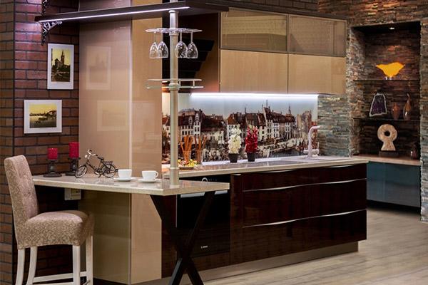 Кухня модерн со стеклянным фартуком и фотопечатью Кёнигсберга
