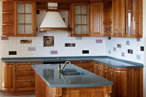 Кухня классика из массива ольхи в частном доме