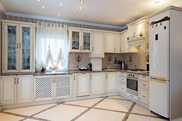 Кухня классика из массива дуба белая с патиной в частном доме