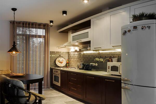 Кухня классика с тёмными нижними фасадами №34