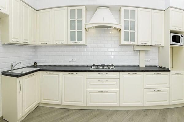 Белая угловая кухня в классическом стиле на ул. Шахматная г. Калининграда