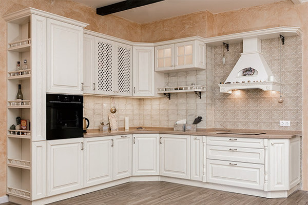 Белая угловая кухня в классическом стиле на ул. Ленина 15 г. Светлогорск