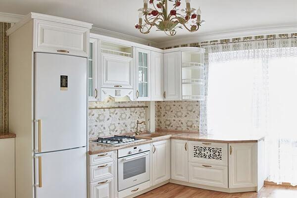 Кухня классика из массива ясеня белая угловая маленькая