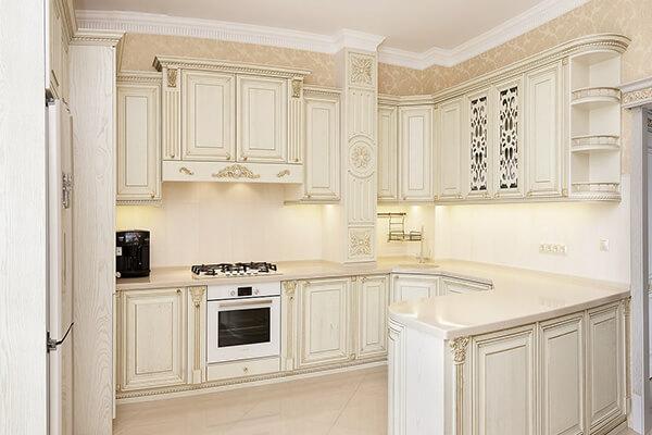 Белая классическая итальянская кухня буквой «П» на ул. Фортовая дорога г. Калининграда