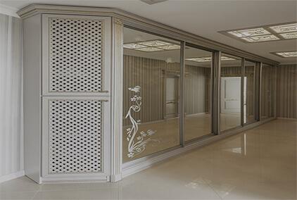 очень длинный шкаф с 5 дверями с зеркалом