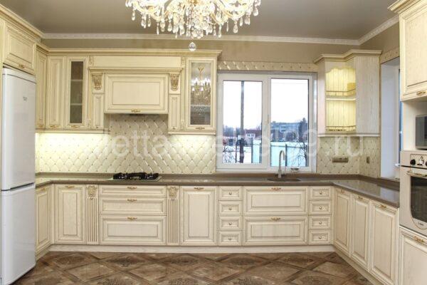 Белая классическая итальянская кухня со встроенным подвесным буфетом на заказ в Калининграде