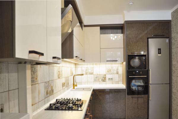 угловая кухня модерн с тёмными и бежевыми фасадами на ул. Красная г. Калининграда